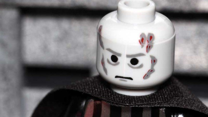 personaggio Lego con cicatrici
