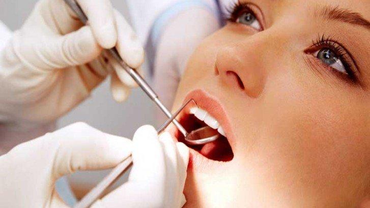 paziente sotto intervento da parte di un odontoiatra