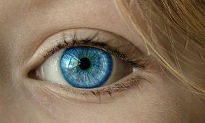 immagine di un occhio azzurro in primo piano