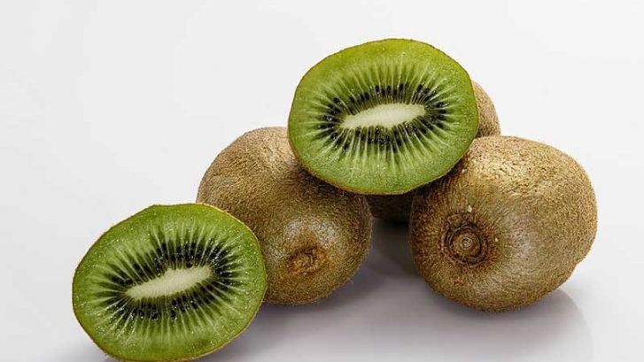 alcuni kiwi sia chiusi che aperti