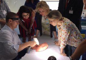 medici sperimentano su una protesi le tecnologie di chirurgia al laser