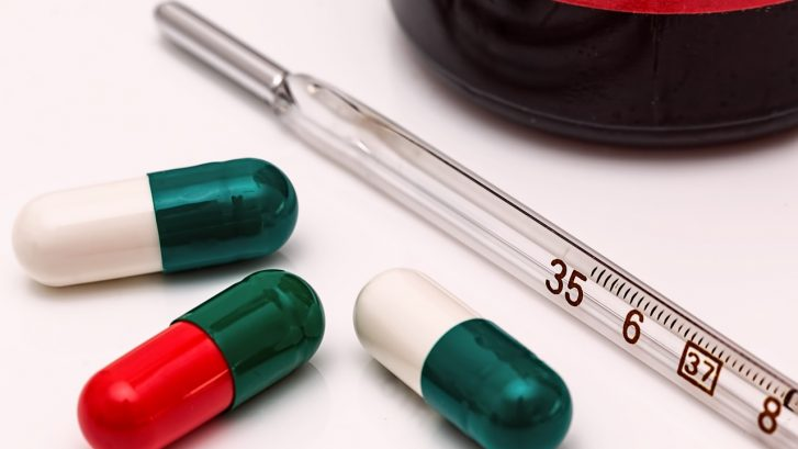 delle pillole e un termometro