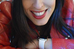 una ragazza mostra un sorriso con denti perfetti