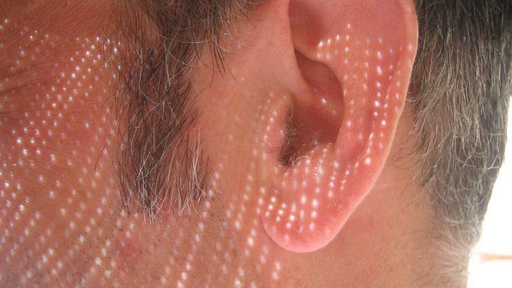 immagine di un orecchio in primo piano