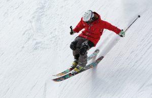uno sciatore scende in pista