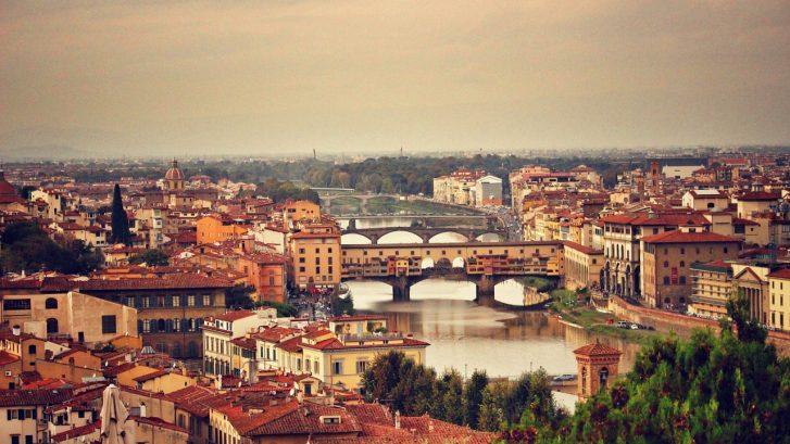 vista di Firenze dall'alto: in primo piano l'Arno e Ponte Vecchio