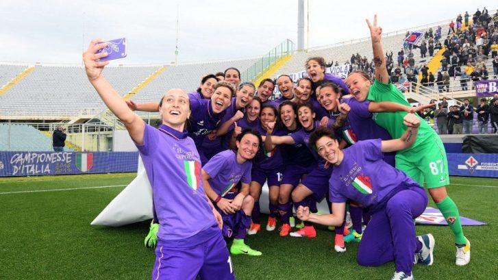immagine delle ragazze della Fiorentina Women's FC che festeggiano dopo la vittoria dello Scudetto