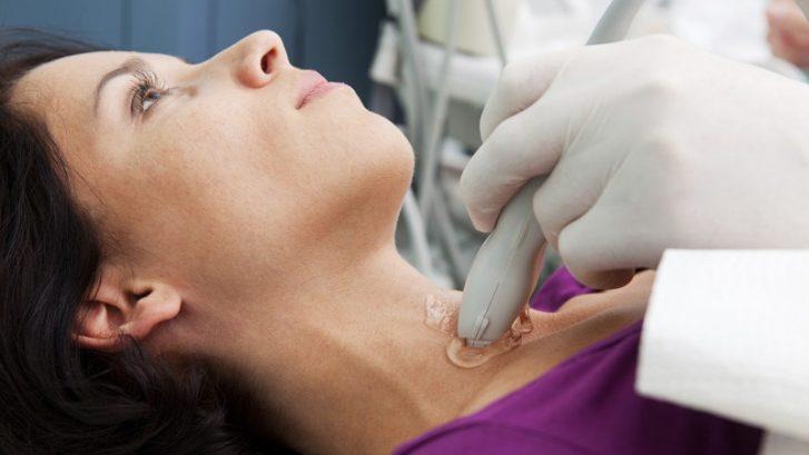 una paziente riceve un'ecografia al collo