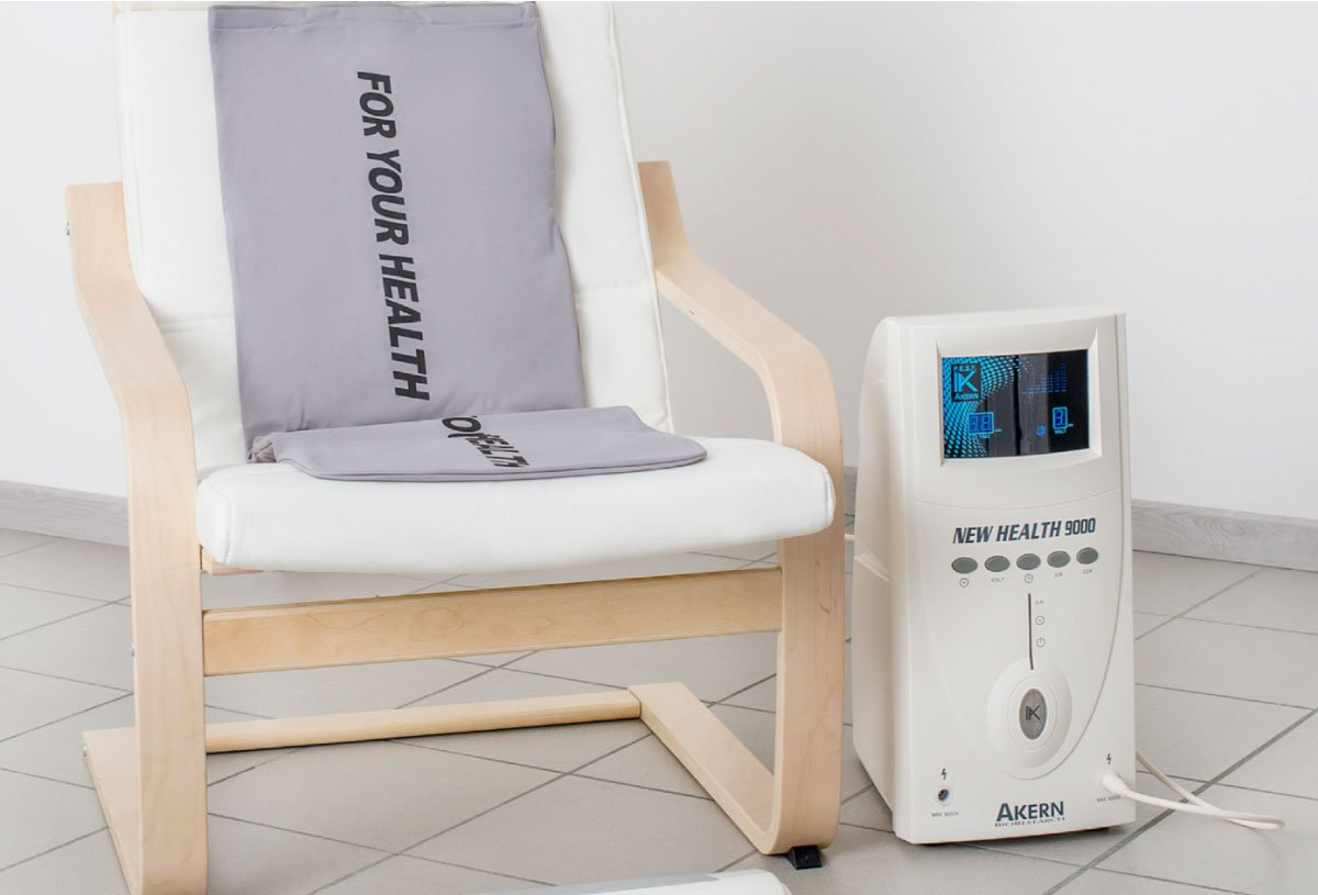 Lo strumento New Health 9000 accanto ad una poltrona dedicata ai pazienti