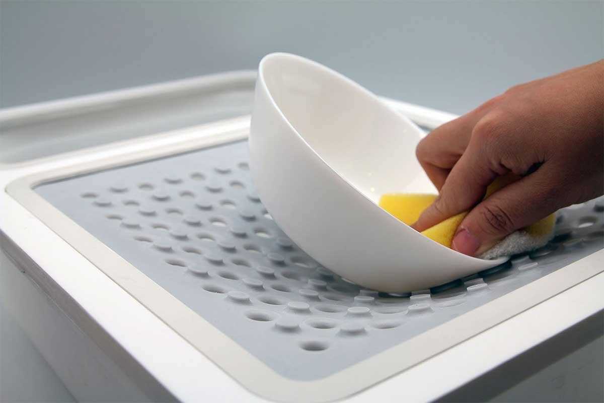 utensile che permette a persone con disabilità di lavare oggetti con una mano sola