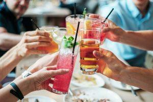 brindisi tra più persone a base di alcol