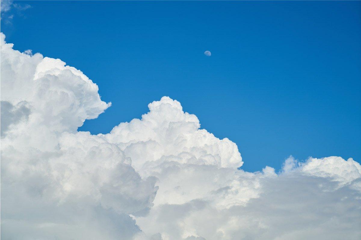 nuvole su cielo azzurro