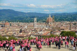 partecipanti a Corri la Vita sul Piazzale Michelangelo a Firenze