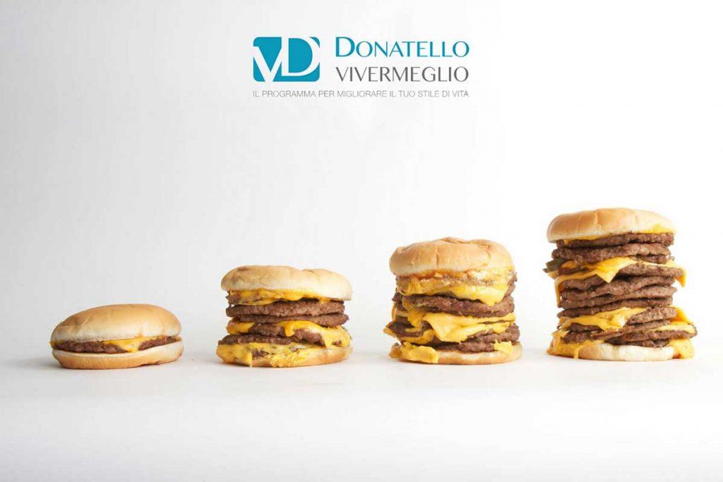 una serie di hamburger messi l'uno accanto all'altro e di dimensioni crescenti