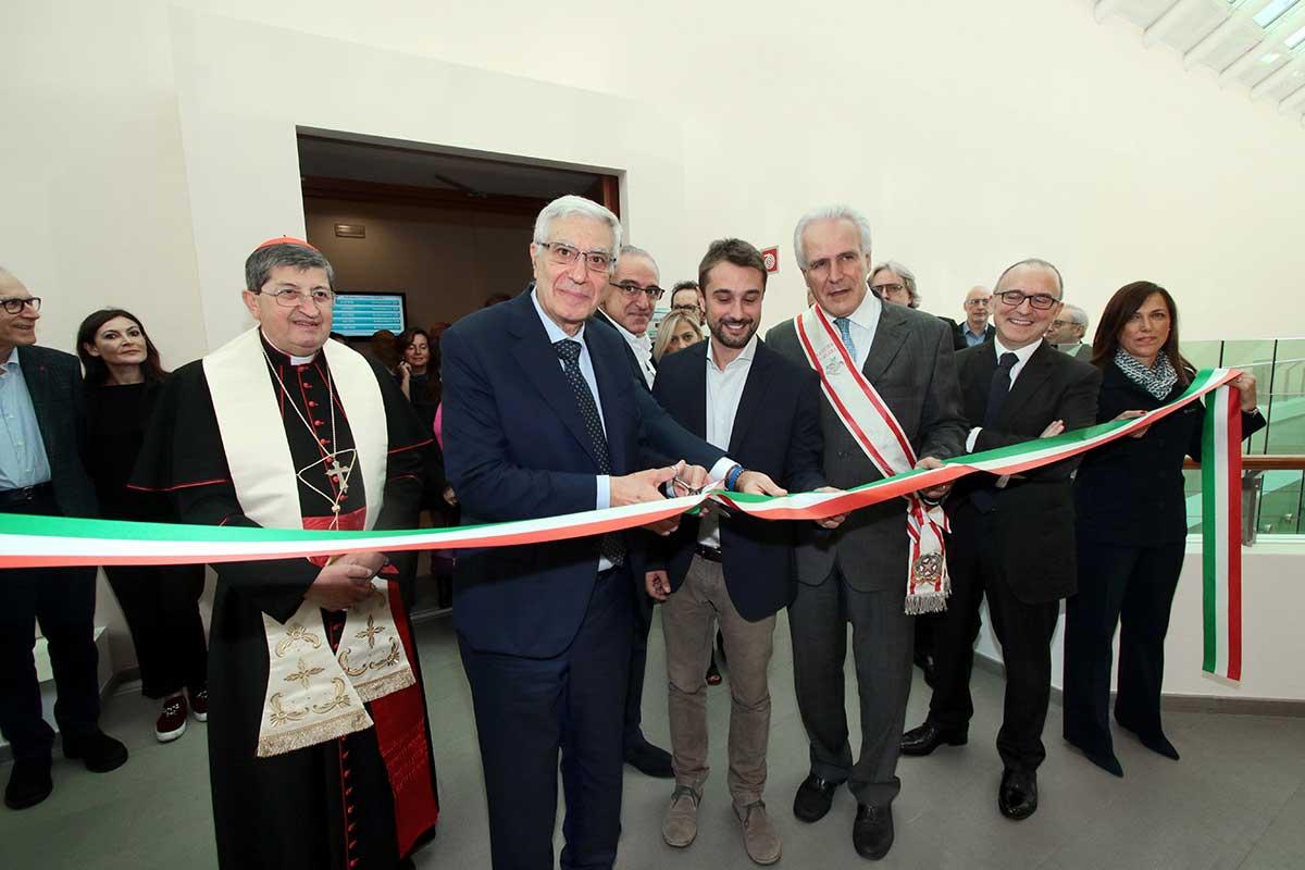 il taglio del nastro durante l'inaugurazione della nostra nuova sede