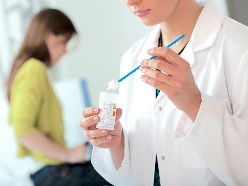 una dottoressa ha appena effettuato l'esame del pap test ad una paziente