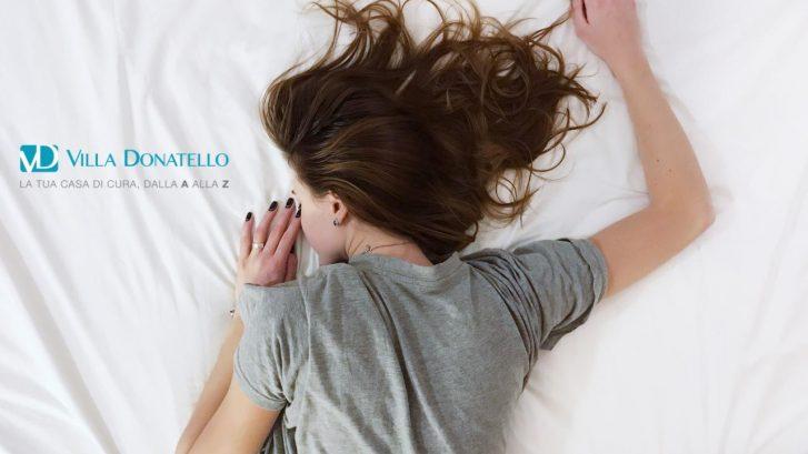 una ragazza sta dormendo su un lenzuolo bianco