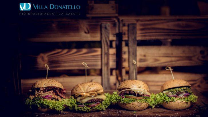 hamburger allineati su un tavolo di legno