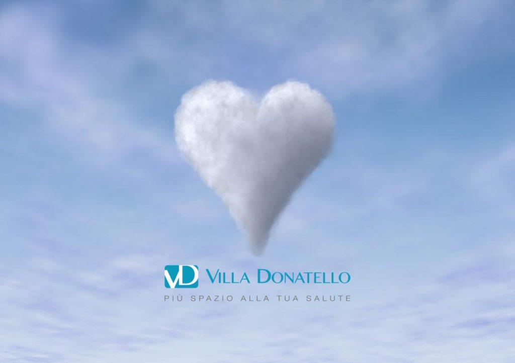 una nuvola a forma di cuore nel cielo azzurro