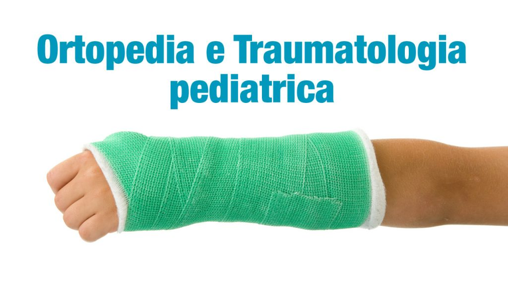 il braccio di un bambino con un gesso ortopedico