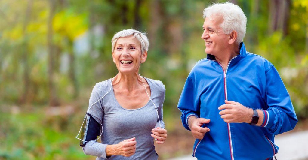 due anziani corrono nel verde