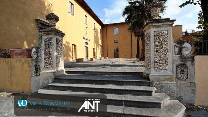 Una delle scalinate antiche di Villa Ragionieri, sede di Villa Donatello a Sesto Fiorentino