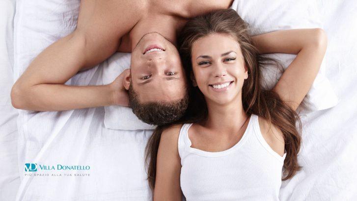 un ragazzo e una ragazza sorridono