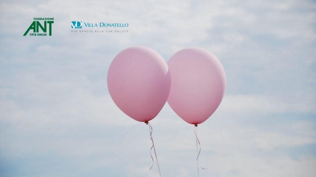 due palloncini rosa volano affiancati