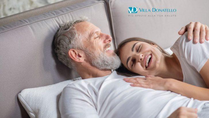 un uomo e una donna sereni abbracciati nel letto