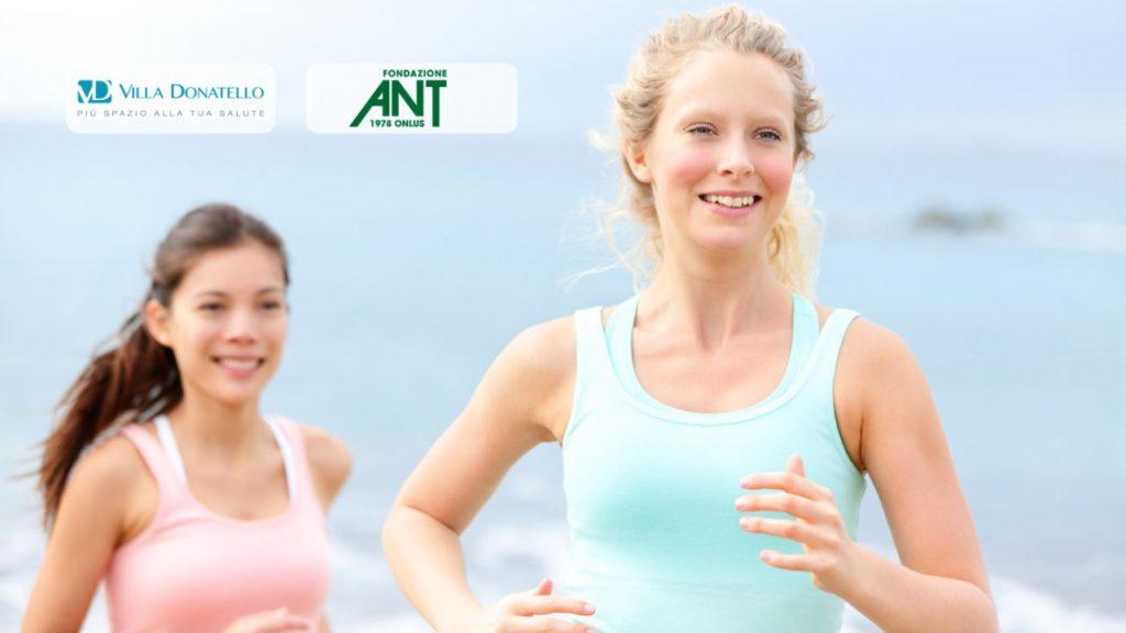 due donne corrono felici sul lungomare